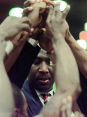 Darryl Dawkins huddles up with his Winnipeg Cyclone before a game against the Mansfield Hawks in 1999.