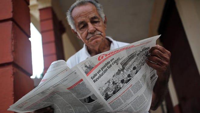 Un anciano fue registrado este jueves al leer el diario oficial Granma, en La Habana (Cuba).