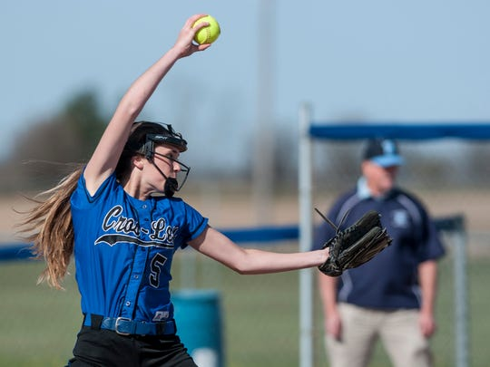 Cros-Lex's Claire Knapp throws a pitch during a softball