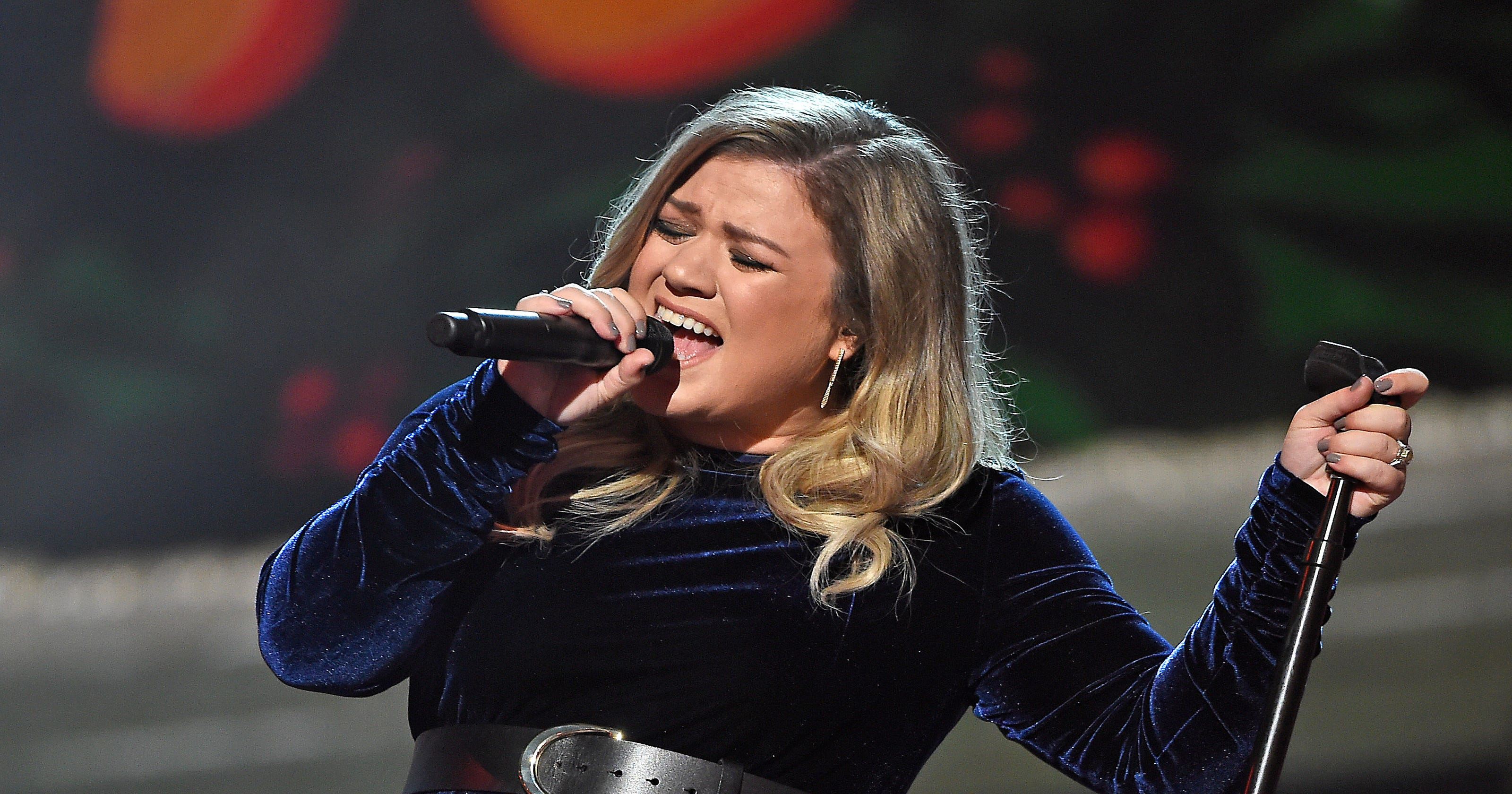 Can Kelly Clarkson top her last Christmas card?