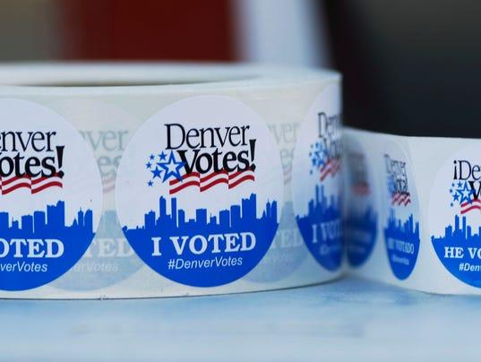 Vote stickers in English, Spanish