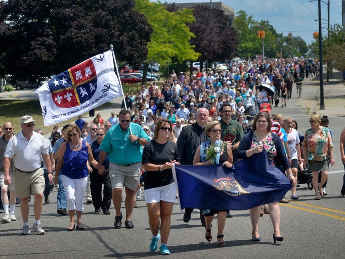 Thousands of people honor law enforcement by walking
