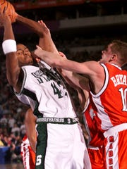 Morris Peterson #42 of Michigan State fends off Jon