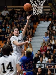Oñate's Dylan Beck attempts a one-handed shot as Bulldawgs