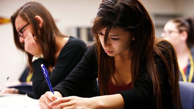 De los 481,260 estudiantes (de acuerdo al censo de Estados Unidos del 2010) que se inscribieron en instituciones de educación superior en Arizona, únicamente el 10.5 por ciento son latinos.