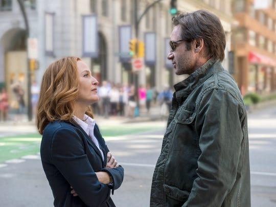 Dana Scully (Gillian Anderson) and Fox Mulder (David