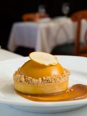 A tarte au pommes aux caramel (apple-caramel tart)