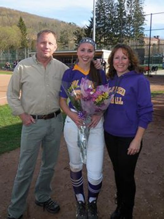 636301833548145404-Hannah-Lawrence-with-parents.jpg