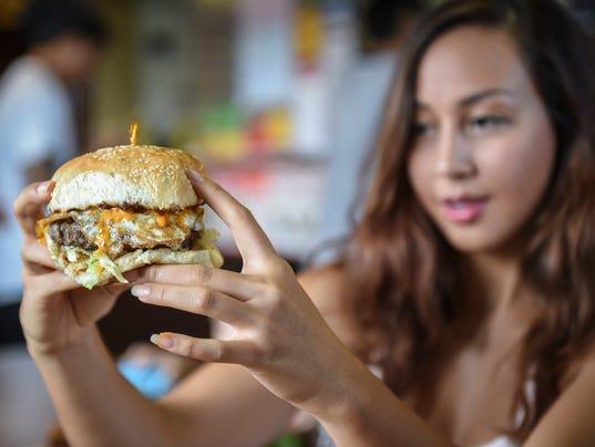 635740909379016226-Meskla-burger-bite02