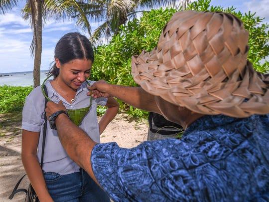 Chamorro teacher and weaver Joe Dågu Babauta sizes