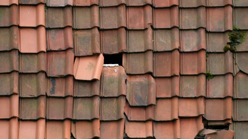 Agent didn't reveal roof problem but has no obligation to report herself to state agency.