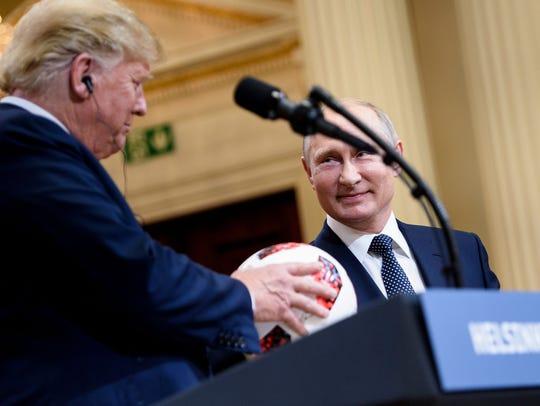 El presidente de EU Donald Trump recibe un obsequio