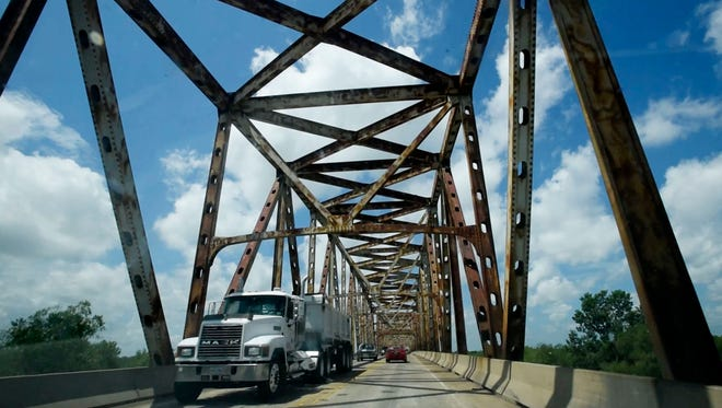 The Jimmie Davis Bridge connects Bossier City and Shreveport in the south part of the cities.