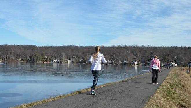 20025904A 12/27/2016 wayne, NJ. People enjoy the warm weather at Packanack Lake, Wayne, NJ. Carl Su/NorthJersey.com