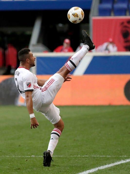 New York Red Bulls score late, beat Toronto FC 2-0