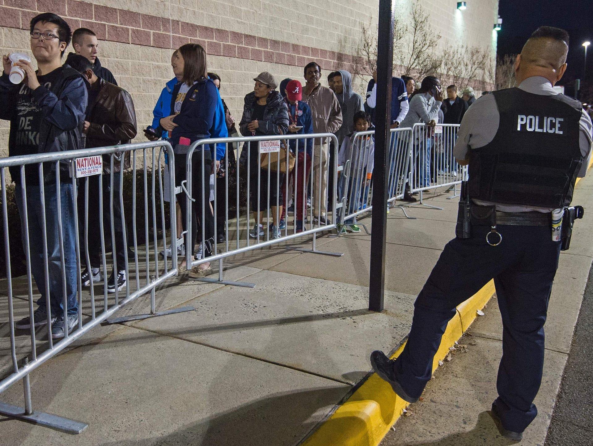 За покупателями следят наряды полиции