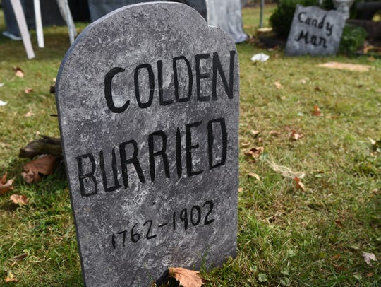 A closeup of a grave at the Mahlmeisters's Halloween
