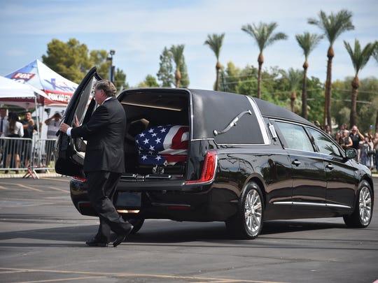 La Guardia Nacional alista el traslado del cuerpo del senador John McCain.