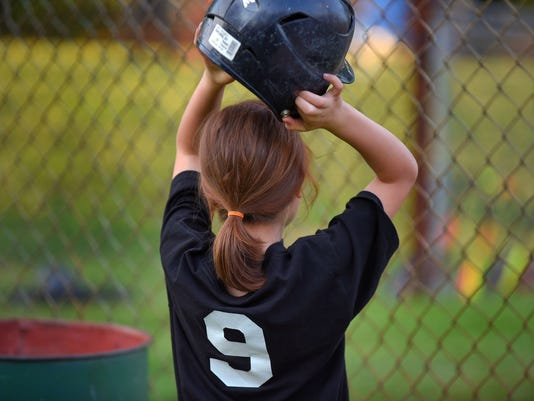 Girls play baseball in boysí world