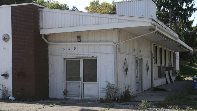 The former E&B Grocery on West Fourth Street   has been approved by the City Planning Commission to operate as a grocery store again. The market had opened in the 1960s and was closed by the early 2000s.