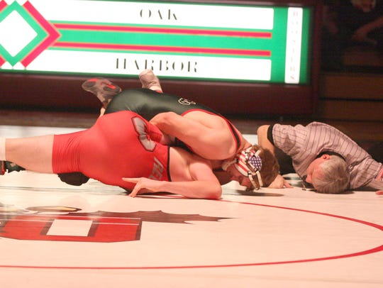 Oak Harbor's Garrett Mapes (152) pins Bellevue's Braxton