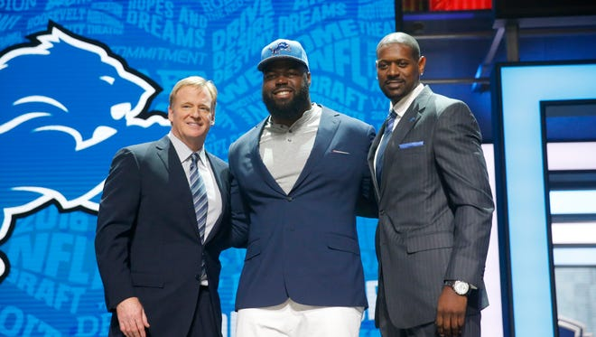 Alabama''s A'Shawn Robinson poses for photos with NFL Commissioner Roger Goodell and former NFL player Herman Moore after being selected by Detroit Lions as 46th pick in the second round of the 2016 NFL football draft, Friday, April 29, 2016, in Chicago.