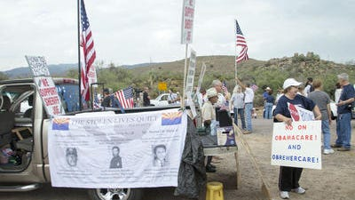Protesters in Oracle waiting for busload of migrant children