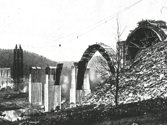 Construction work continues on the bridge's arches, around 1913.