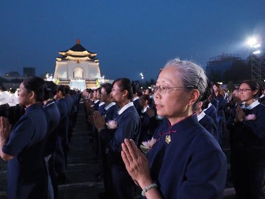 epa06733122 Members of the Buddhist Tzu Chi Foundation