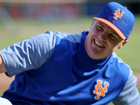 New York Mets right fielder Jay Bruce (19) warms up