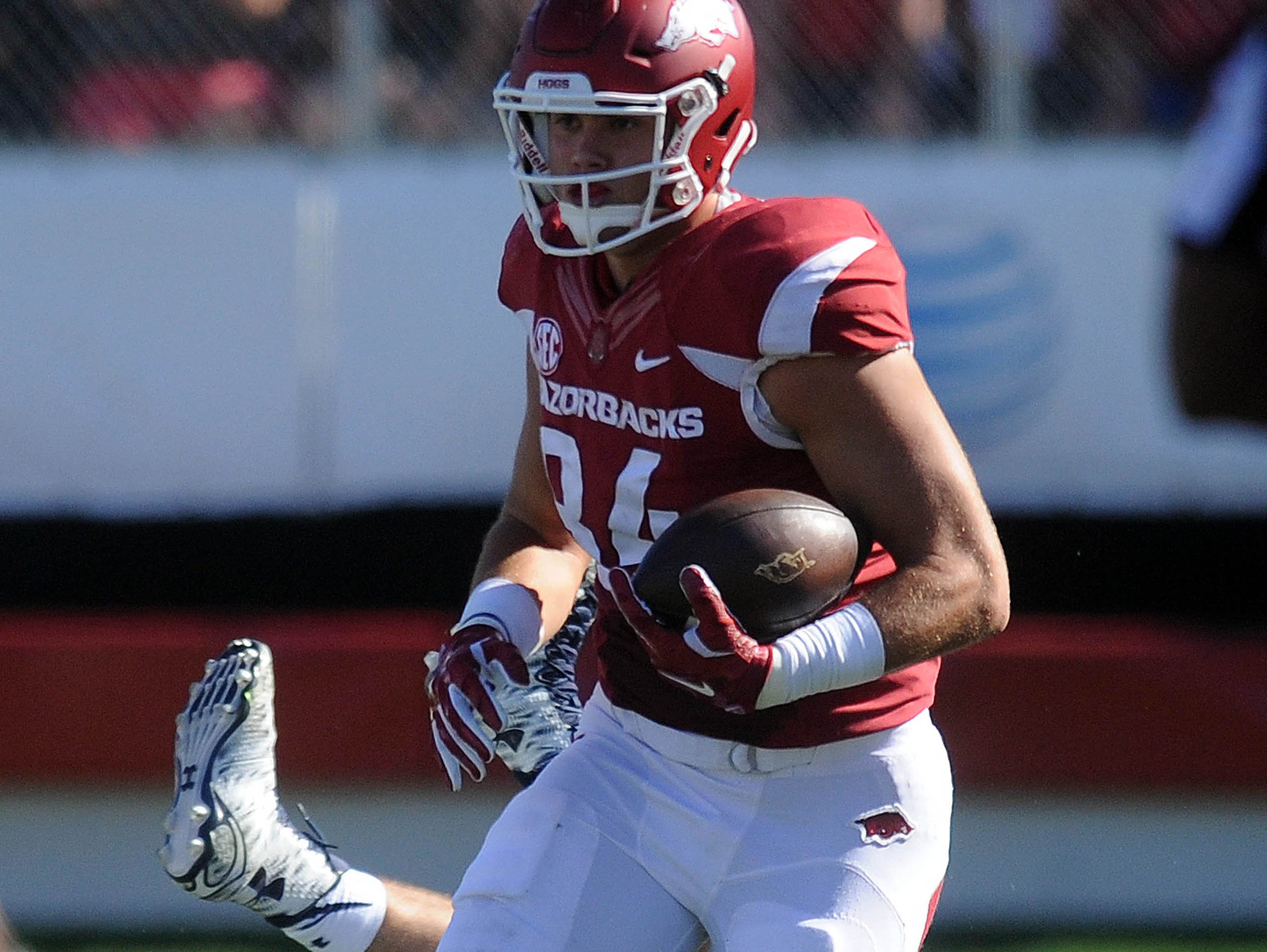 Arkansas tight end Hunter Henry (84) runs the ball after a catch against the Toledo Rockets during the second quarter at War Memorial Stadium.