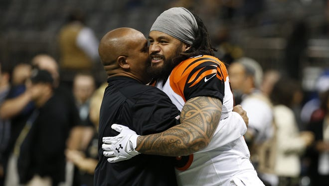 Cincinnati Bengals offensive coordinator Hue Jackson gets together with middle linebacker Rey Maualuga (58) prior to their game against the New Orleans Saints at the Superdome in New Orleans.