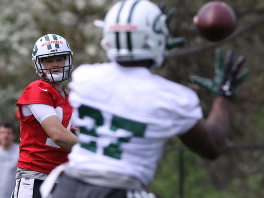 First round draft pick Sam Darnold makes this completion to running back tryout Vic Enwere.