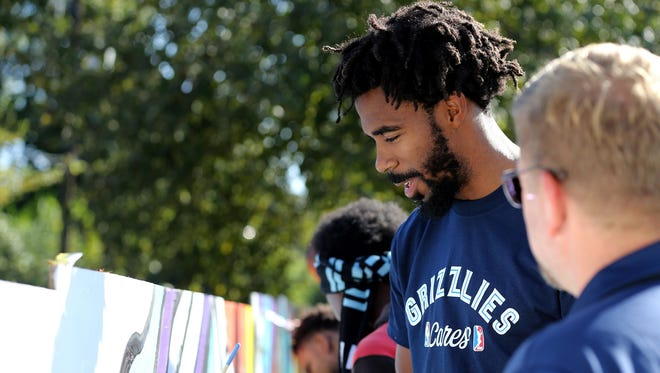 Grizzlies PG Mike Conley helps at a community event.