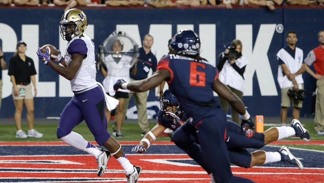 Washington wide receiver John Ross, left, scores a touchdown against Arizona during the first half, Saturday, Sept. 24, 2016, in Tucson, Ariz.