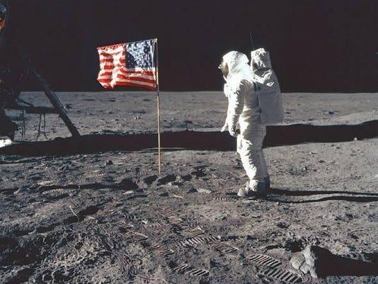 1 .. Neil Armstrong.jpg