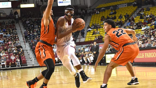 Jemerrio Jones, middle, and the New Mexico State Aggies are at No. 22 Saint Mary's Monday night.