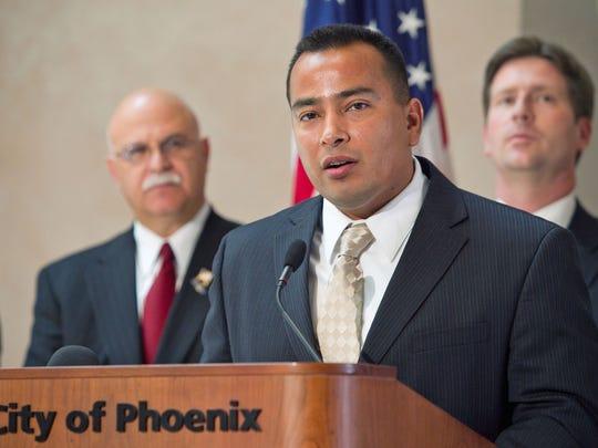 Daniel Valenzuela busca suplir en el cargo al alcalde Greg Stanton.