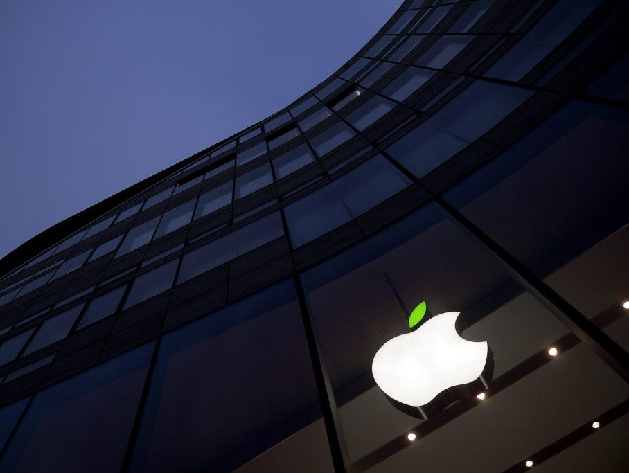 DUESSELDORF, GERMANY - APRIL 22:  A green leaf adorns the Apple logo on Earth Day at the company's Koe-Bogen store on April 22, 2015 in Duesseldorf, Germany.  (Photo by Sascha Steinbach/Getty Images for Apple) ORG XMIT: 549888427 ORIG FILE ID: 470626