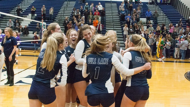 Gull Lake celebrates their win against Lakeview