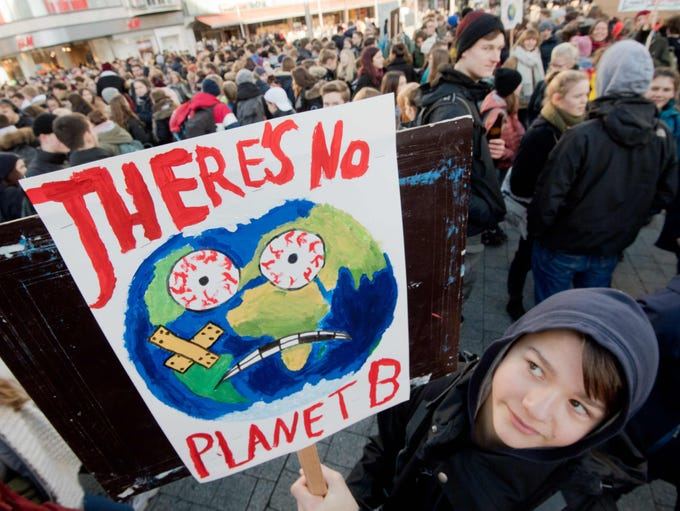 Pupils demonstrate for climate protection in in the