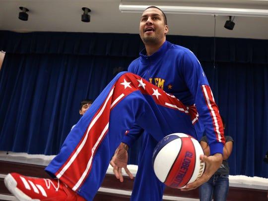 Harlem Globetrotter El Gato Melendez performs for students