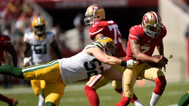 Packers linebacker Clay Matthews looks to tackle 49ers quarterback Colin Kaepernick in the first half at Levi's Stadium.