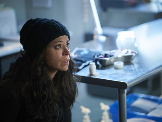 An unlikely hero, Sarah Manning (Tatiana Maslany) tries