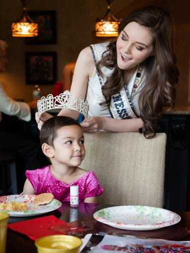 Princess Leah Smallwood is crowned by Miss Tennessee