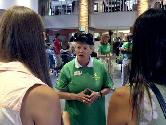 MSU President Lou Anna Simon talks to new freshman