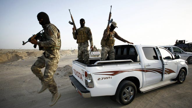 Iraqi Sunnis fight alongside government forces against the Islamic State in Iraq's Anbar province on May 26, 2015.