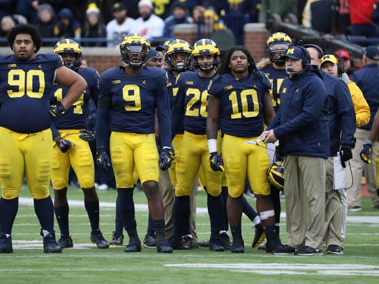 Michigan players, along with defensive coordinator Don Brown, right, in the fourth quarter of the 31-20 loss to Ohio State last season.