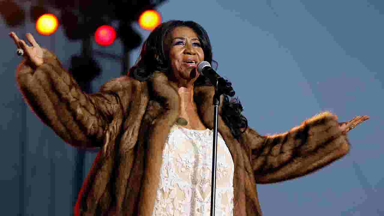 aretha franklin musicians stop shows to pay tribute