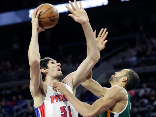 Boban Marjanovic shoots over Jazz center Rudy Gobert